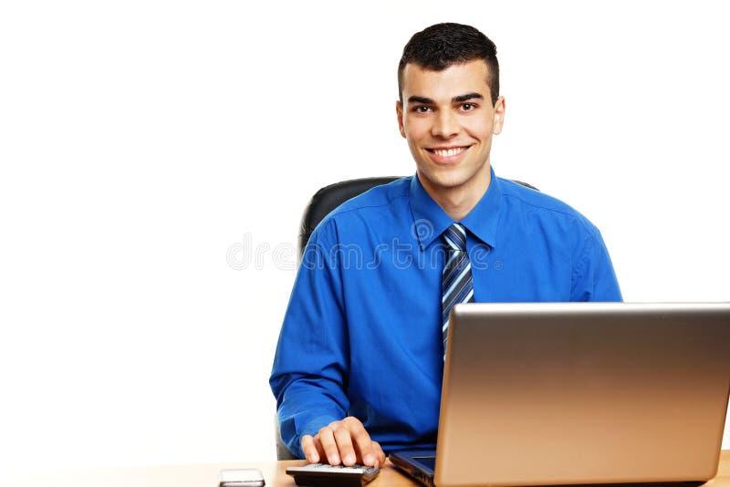 Jonge zakenman bij de computer stock foto