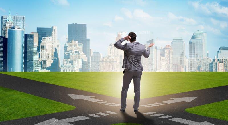 Jonge zakenman bij kruispunten in onzekerheidsconcept vector illustratie