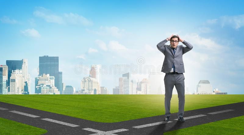 Jonge zakenman bij kruispunten in onzekerheidsconcept royalty-vrije illustratie