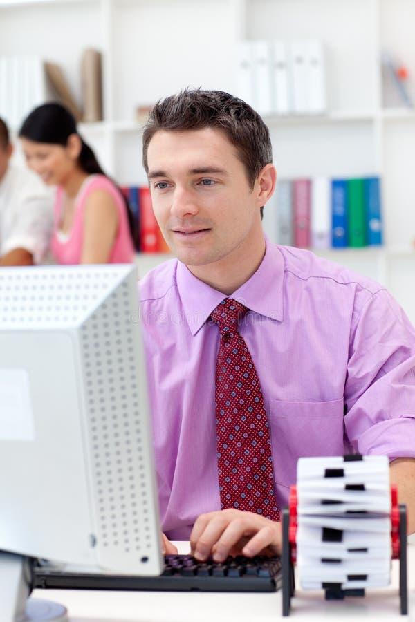 Jonge zakenman bij zijn computer royalty-vrije stock foto