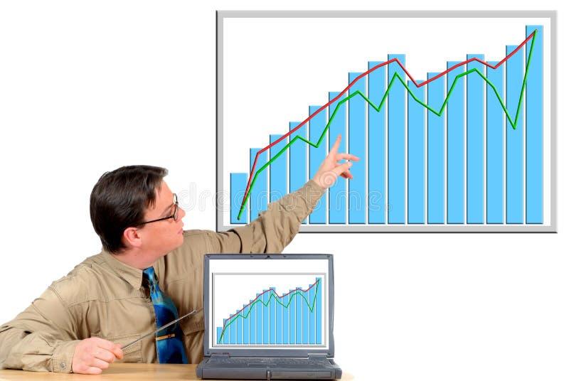 Jonge zakenman die aan grafiek richt stock fotografie