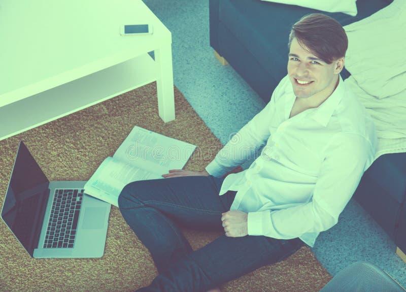 Jonge zakenman die in bureau werkt, dat bij bureau zit royalty-vrije stock fotografie