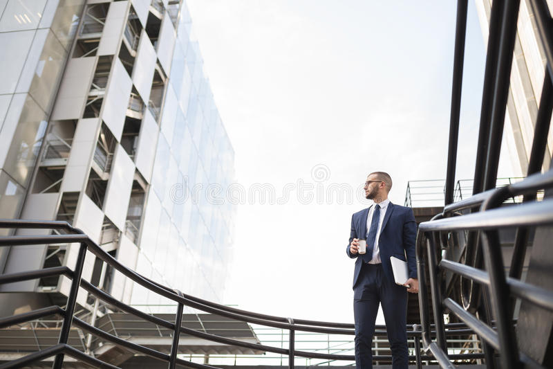 Jonge zakenman die de toekomst onderzoeken royalty-vrije stock fotografie