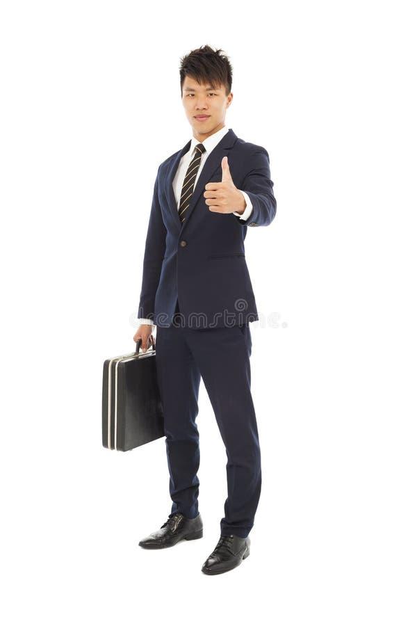 Jonge zakenman die een aktentas en een duim tegenhouden royalty-vrije stock fotografie