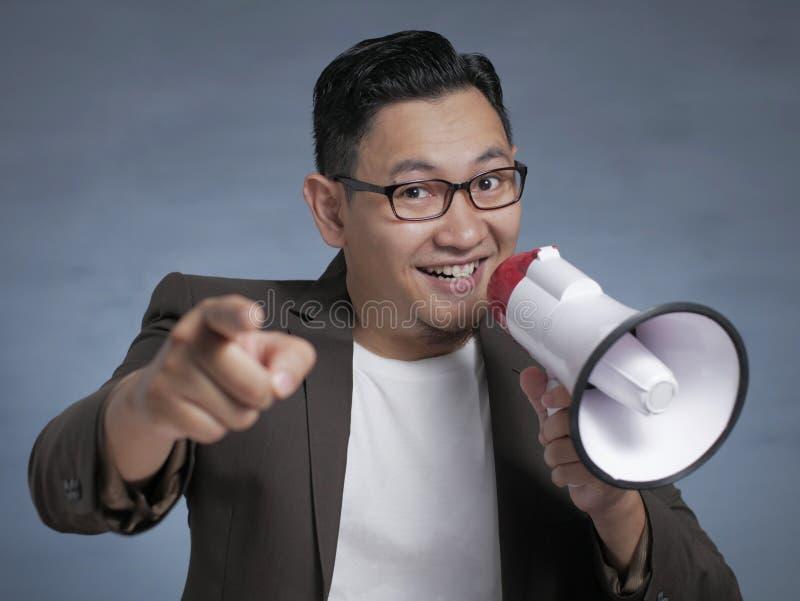 Jonge zakenman die glimlacht met Megafone, die het koelen van het Kiezen van u Concept royalty-vrije stock foto