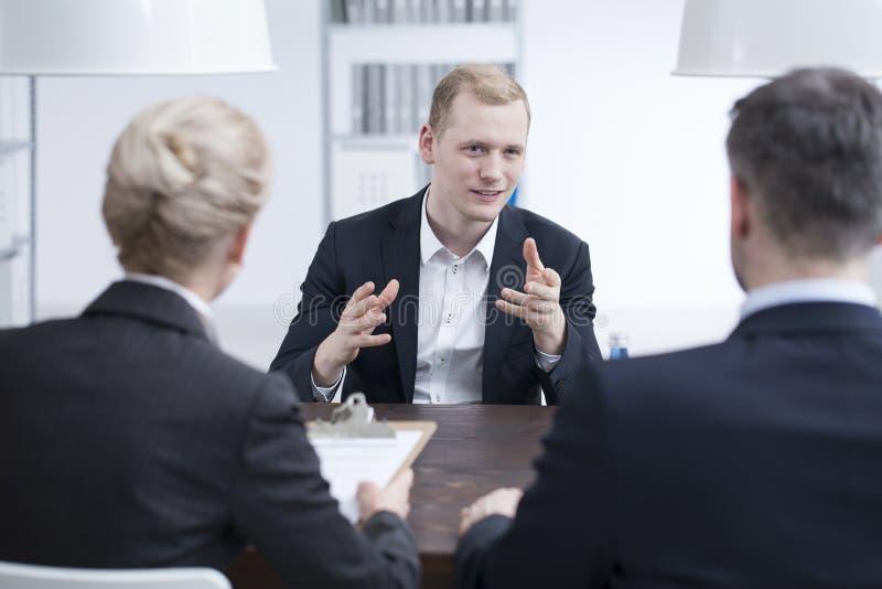 Jonge zakenman die hoofdmanager overtuigen royalty-vrije stock foto