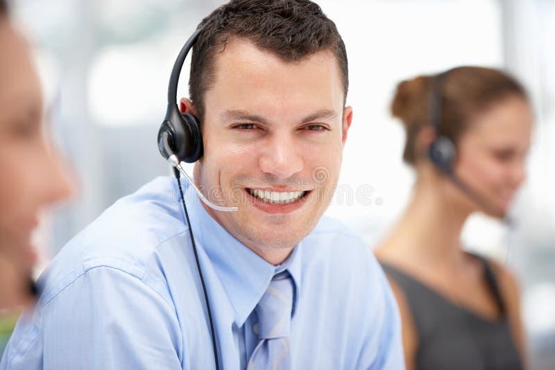 Jonge zakenman die hoofdtelefoon draagt stock afbeeldingen