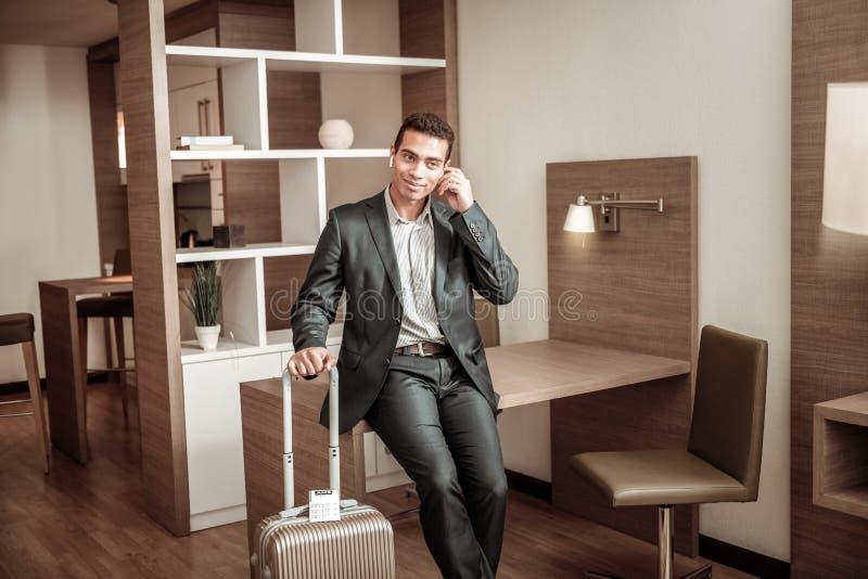 Jonge zakenman die in hotel blijven die zakenreis hebben stock fotografie