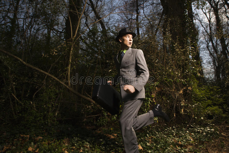 Jonge Zakenman die in Hout loopt stock foto's