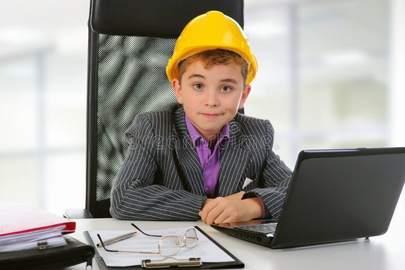 Jonge zakenman die laptop met behulp van royalty-vrije stock foto