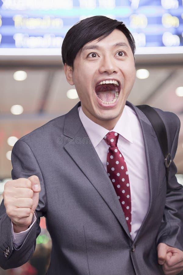 Jonge zakenman die luchthaven, Peking doornemen royalty-vrije stock afbeelding