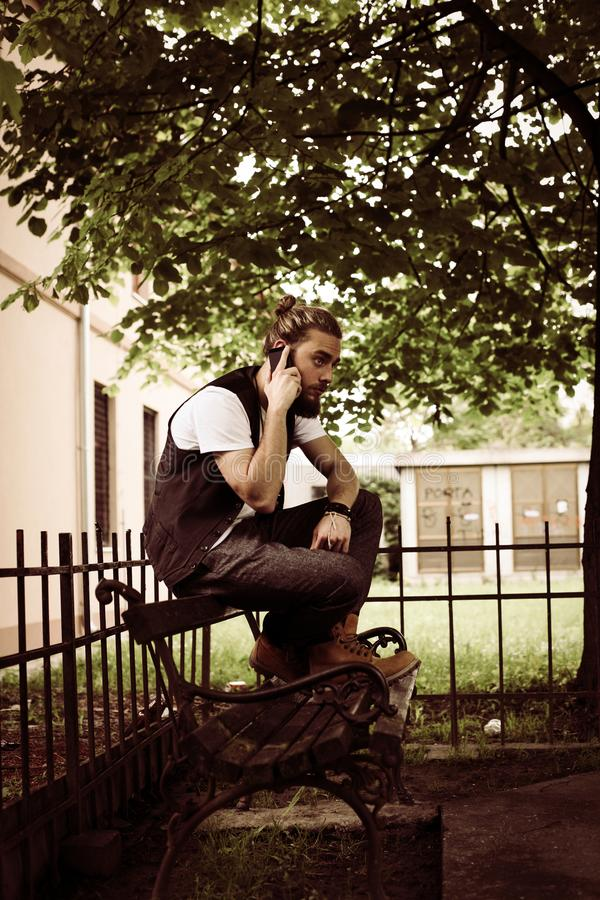 Jonge zakenman die op celtelefoon spreken in het park royalty-vrije stock afbeeldingen
