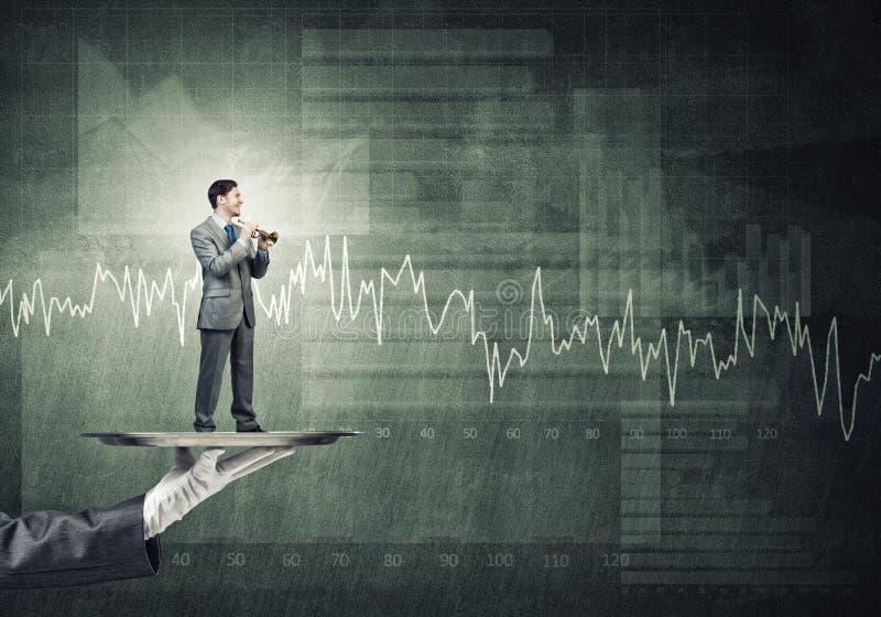 Jonge zakenman die op metaaldienblad Fife spelen tegen concrete achtergrond met grafiek royalty-vrije stock foto