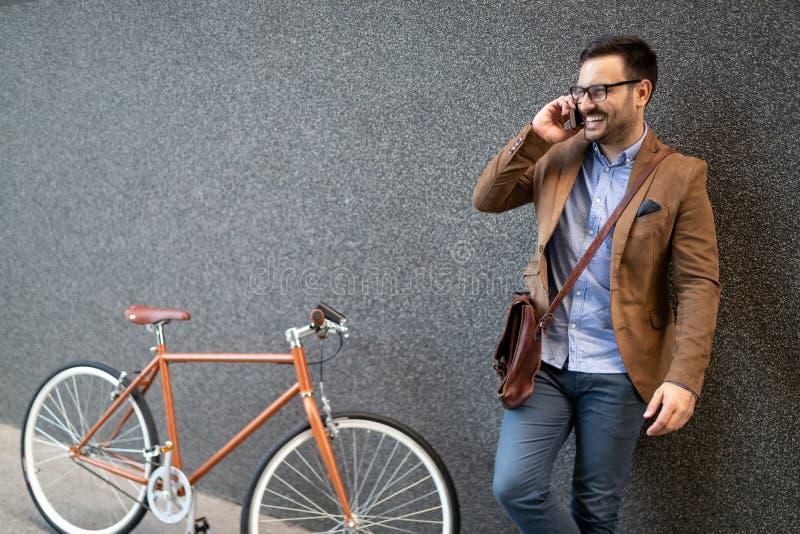 Jonge zakenman die op zijn fiets berijden Het gaan overal door zijn fiets stock afbeeldingen