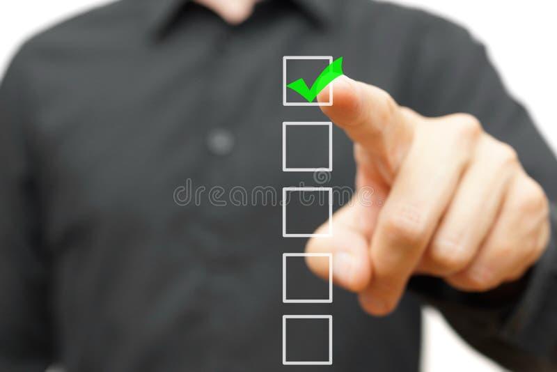 Jonge zakenman die teken controleren op controlelijst met teller stock fotografie