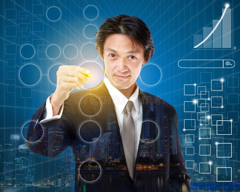 Jonge zakenman die teken controleren op controlelijst met teller Busine stock fotografie
