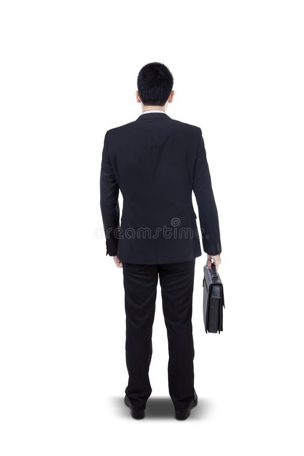 Jonge zakenman die zich met geïsoleerde aktentas bevinden - stock afbeelding