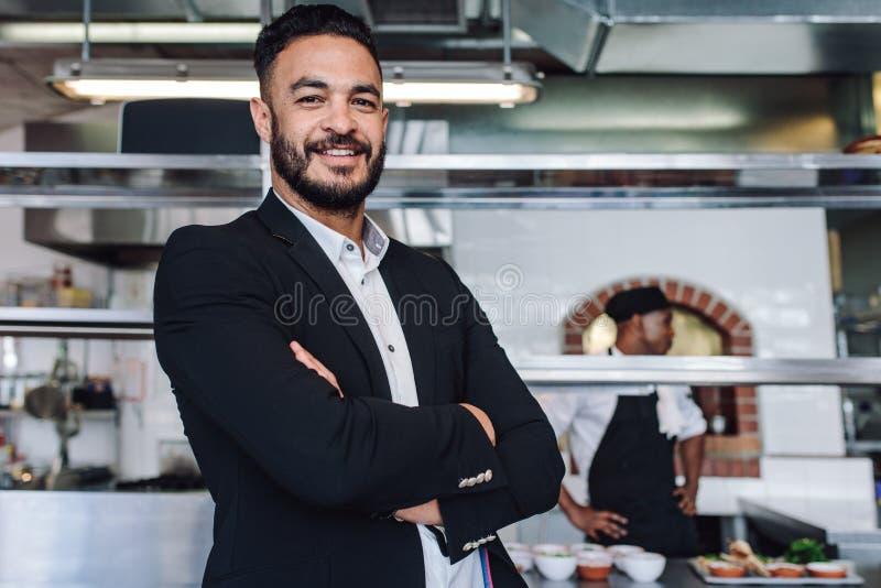 Jonge zakenman die zich in zijn restaurant bevinden royalty-vrije stock foto