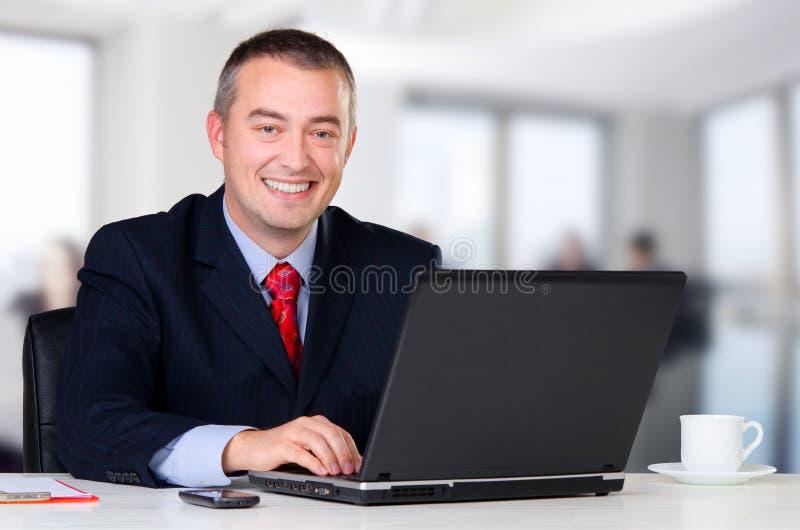 Jonge zakenman die in zijn bureau werken royalty-vrije stock foto