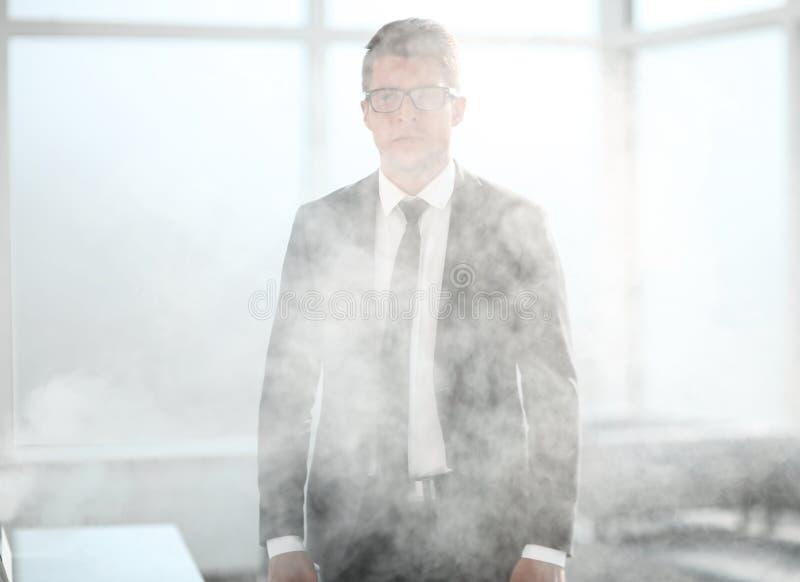 Jonge zakenman in een rokerig bureau royalty-vrije stock foto