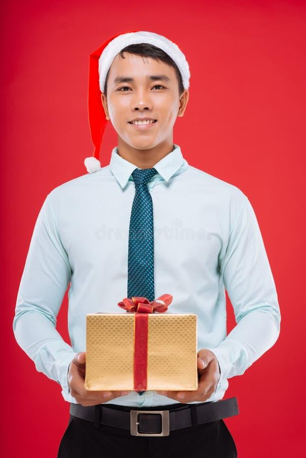 Jonge zakenman in Kerstmanhoed stock foto's