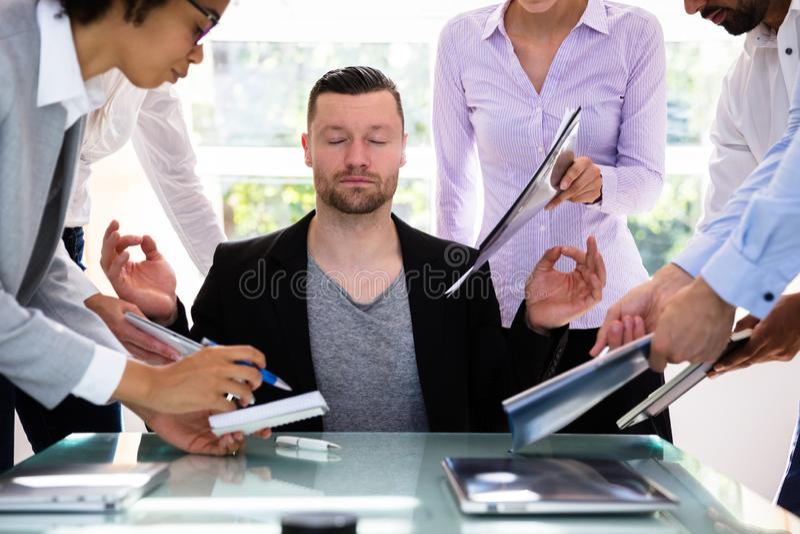 Jonge Zakenman Meditating In Office stock fotografie