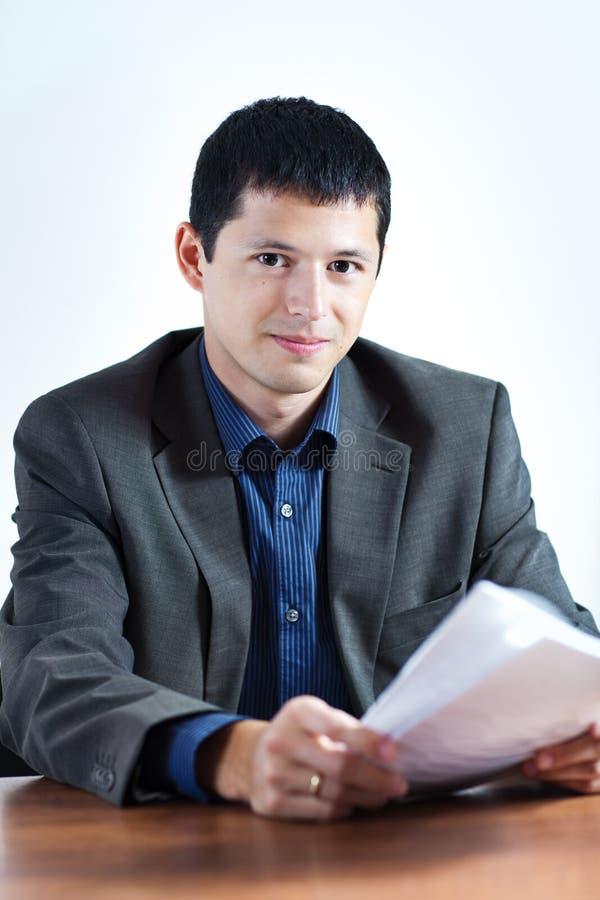 Jonge zakenman met documenten stock afbeelding