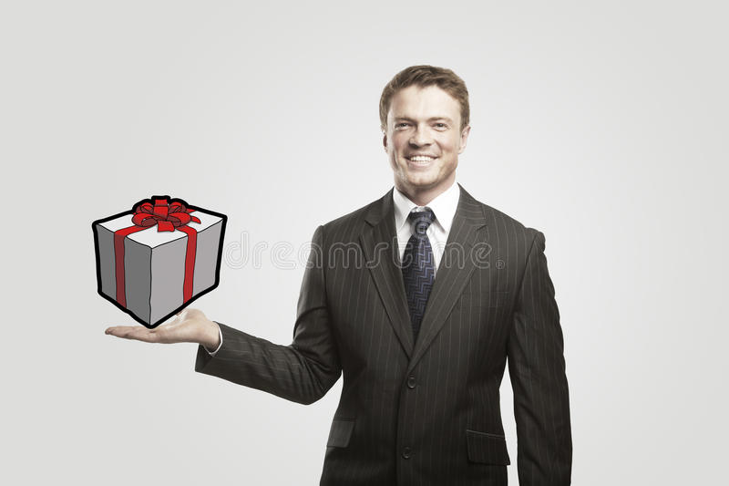 Jonge zakenman met een gift op zijn hand. stock foto