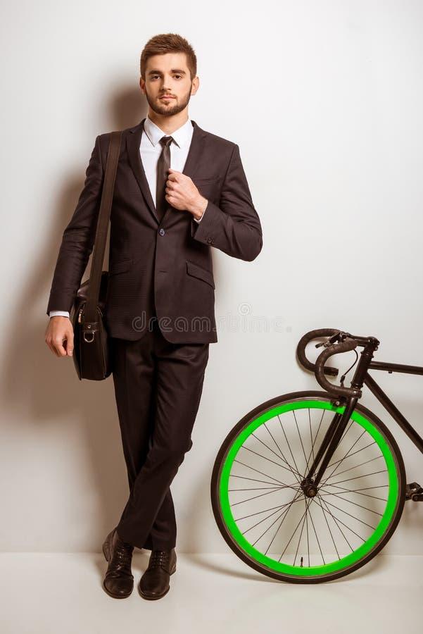 Jonge zakenman met fiets stock fotografie