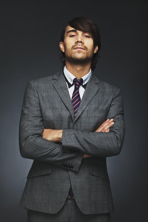 Jonge zakenman met houding royalty-vrije stock foto