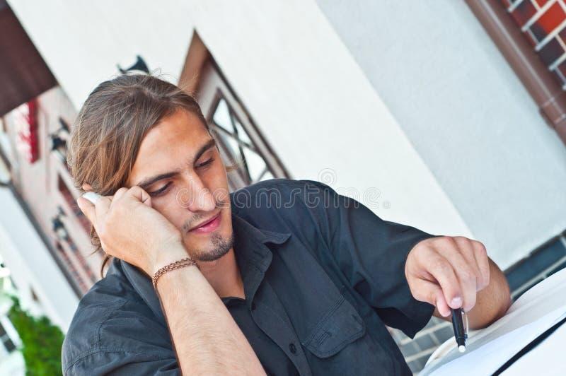 Jonge zakenman met mobiele telefoon royalty-vrije stock fotografie