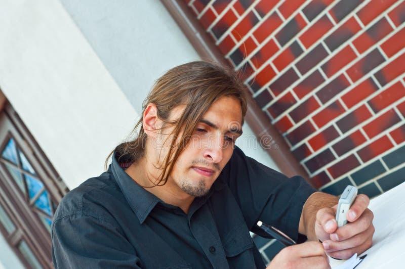 Jonge zakenman met mobiele telefoon royalty-vrije stock afbeeldingen
