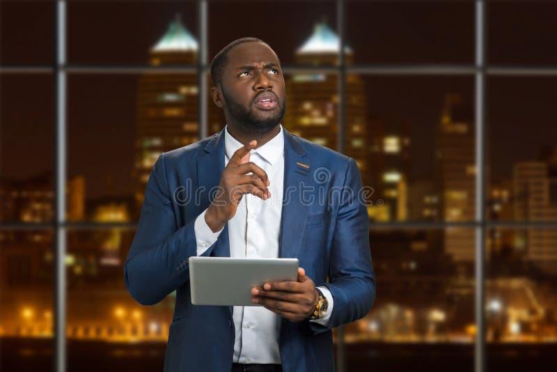 Jonge zakenman op avondachtergrond stock afbeelding