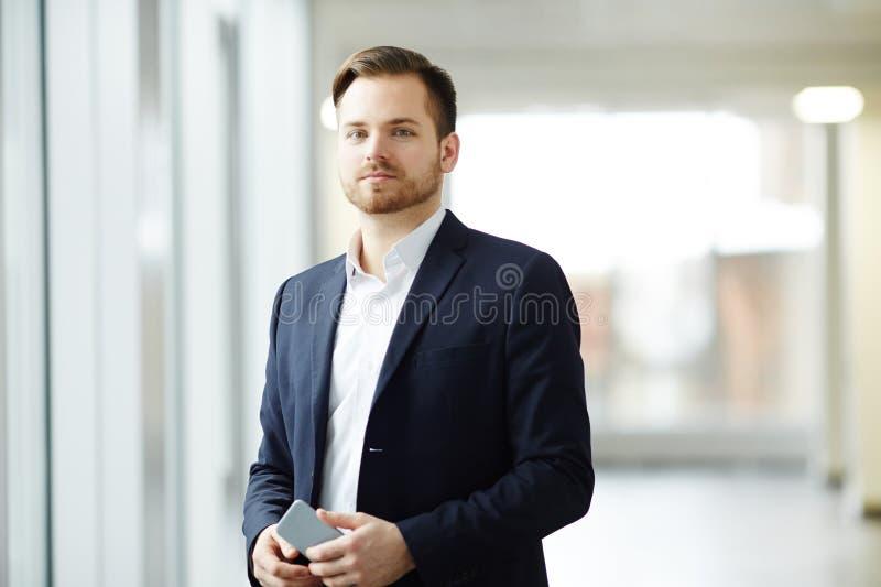 Jonge zakenman op kantoor royalty-vrije stock afbeeldingen