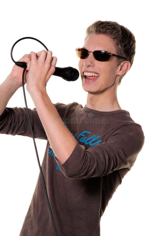 Jonge zanger met een microfoon tijdens royalty-vrije stock foto