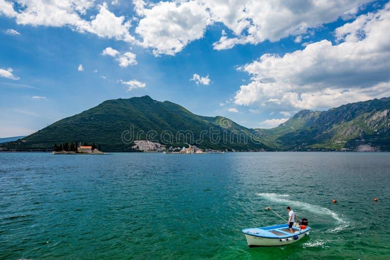Jonge zeeman en twee eilandkerken in Montenegro stock fotografie