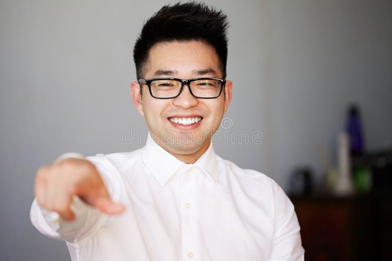 Jonge Zekere Aziatische Zakenman Working Office Verbindend Voorzien van een netwerkconcept stock foto's