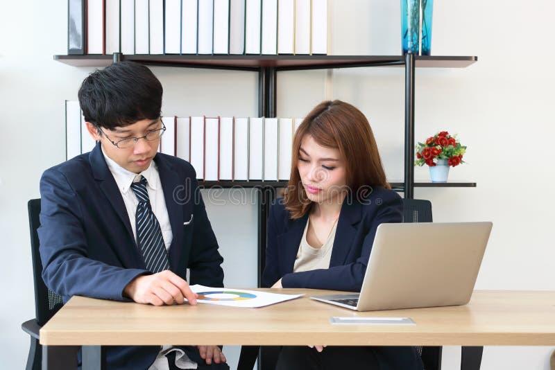 Jonge zekere bedrijfsdocumenten analyseren en collega's die samenwerken Hardworking in bureau stock fotografie