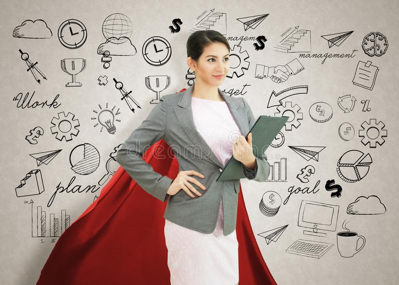 Jonge zekere bedrijfssuperherovrouw die rode kaap dragen agains royalty-vrije stock foto's