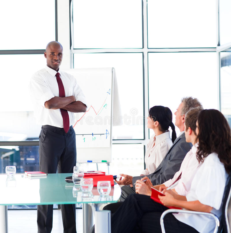 Jonge zekere zakenman die een presentatie geeft stock afbeelding
