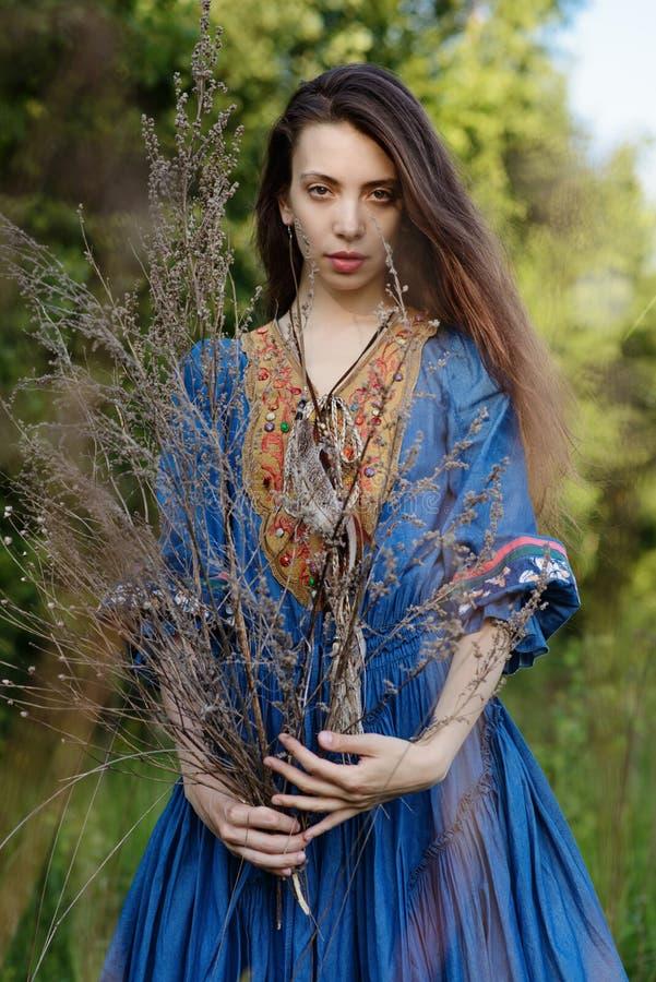 Jonge zigeuner in het bos stock afbeeldingen