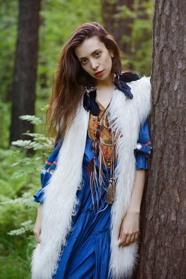 Jonge zigeuner in het bos royalty-vrije stock foto's