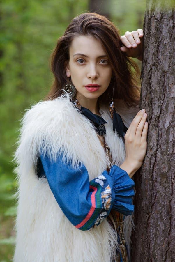 Jonge zigeuner in het bos royalty-vrije stock foto