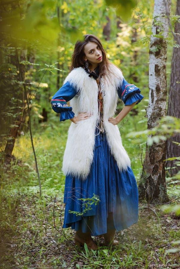 Jonge zigeuner in het bos stock afbeelding