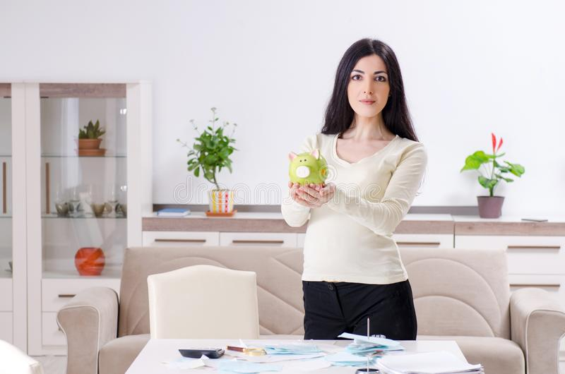 Jonge zwangere vrouw in begroting planningsconcept royalty-vrije stock foto