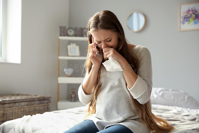 Jonge zwangere vrouw die telefonisch spreken en wegens stemmingsverandering schreeuwen royalty-vrije stock foto's