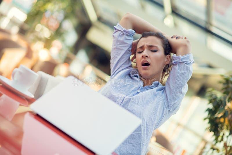 Jonge zware vrouw, hoofdpijnmigraine, handaanraking hoofd het voelen pijn stock afbeeldingen