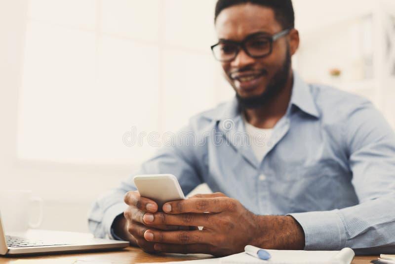 Jonge zwarte zakenman die mobiele telefoon met behulp van royalty-vrije stock foto
