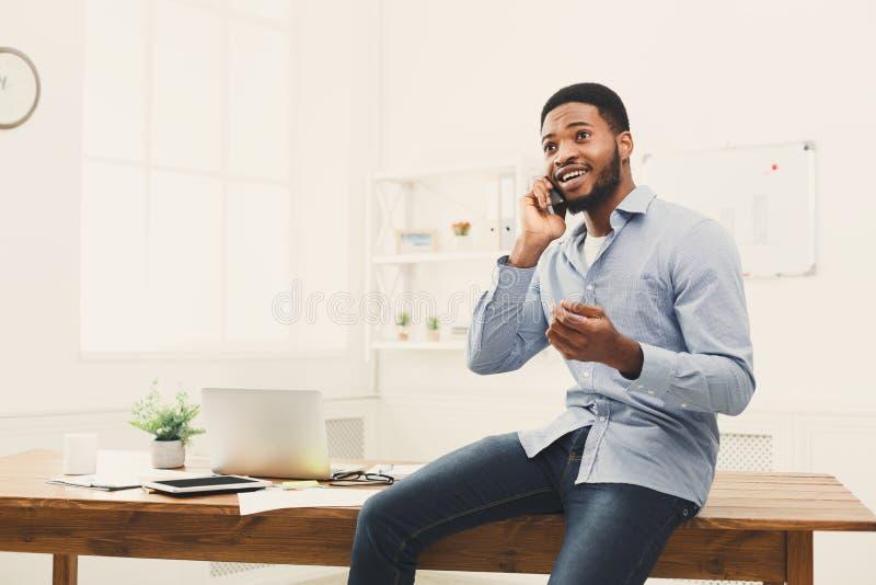 Jonge zwarte zakenman die telefoonbespreking hebben stock foto's