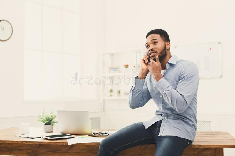 Jonge zwarte zakenman die telefoonbespreking hebben royalty-vrije stock fotografie